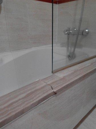 Gran Hotel de Ferrol: marmol roto en acceso bañera