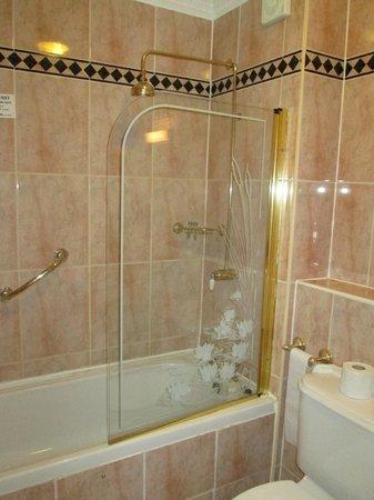 Citywest Hotel: Dusch- und Badebereich