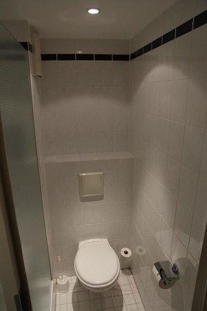 Holiday Inn Express Koln-Mulheim : Toilette