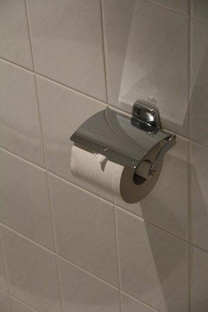 Holiday Inn Express Koln-Mulheim : gefaltetes Toilettenpapier