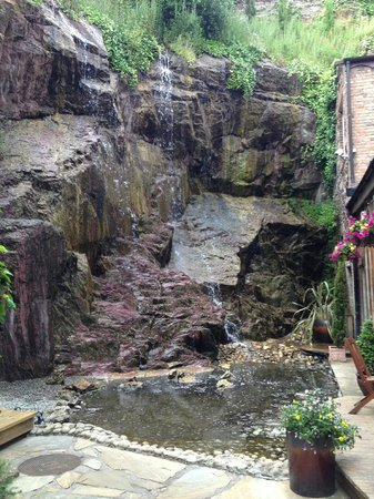 Hotel Isaacs Cork: Waterfall in Courtyard