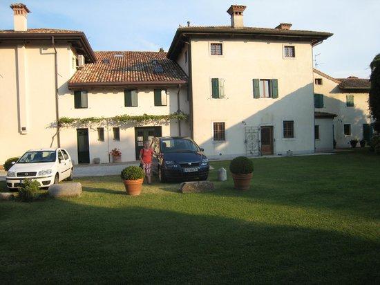 Casa di Giulia: Blick über den Garten zum parkenden Auto und zum Haus