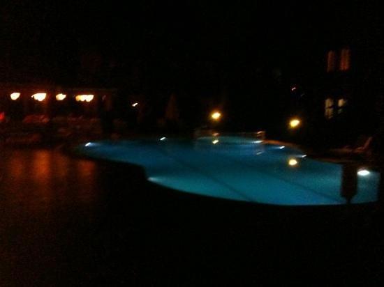 Dolunay Apartments: pool at night