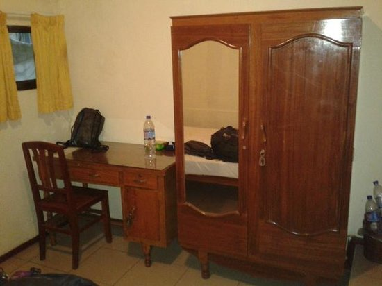 Lyon d'Or : Desk and closet in the room