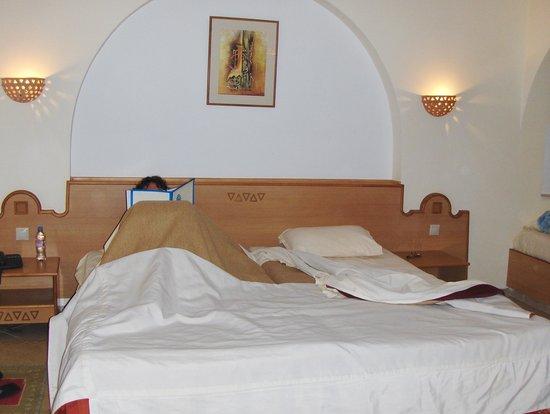 Zita Beach Resort: notre chambre, grand lit confortable