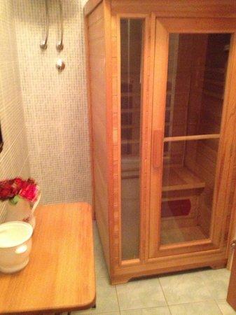 Emperor's Suites: 1/2 bath with sauna 1st floor flat