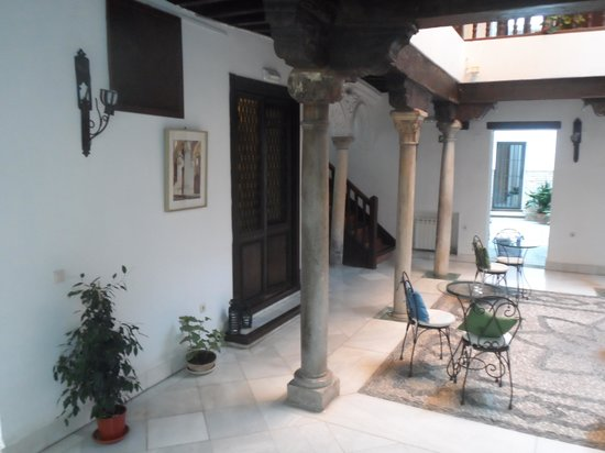 Hotel Casa del Capitel Nazari: The courtyard, an excellent place for tea
