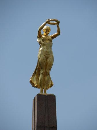 Monument de la Solidarite Nationale : Gëlle Fra (Gouden Vrouw)