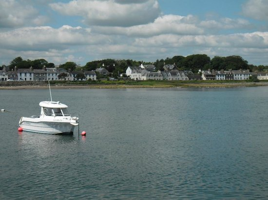 Garlieston, UK: The harbour inn is the building on the far left of pic - great location
