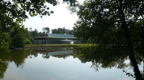 Hotel Des Lacs D'Halco : l'établissement de l'autre côté du lac