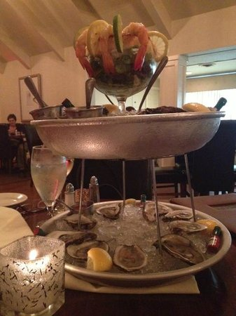Erini Restaurant: Oysters and shrimp cocktail