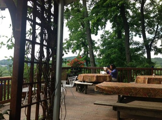 Top of the Hill Grill: Overlooking river