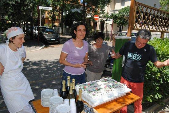 Hotel Manzoni: Evviva l'estate con: Sandra, Stefania, Simone e Silvio