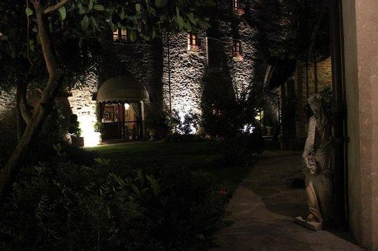 Hotel Castello di Sinio: Courtyard