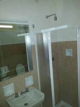 bagno e arredamento anni 60 (notare i pomelli e la doccia), si vede anche la finestra che da sul