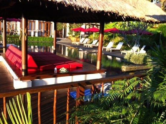 Awan Biru Villa & Spa: We read and checked email by the pool