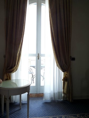 Hotel Savoy Palace: Room window/balcony