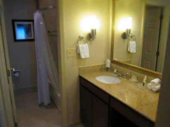 Homewood Suites Dayton-Fairborn (Wright Patterson): Bathroom counter/mirror is very large