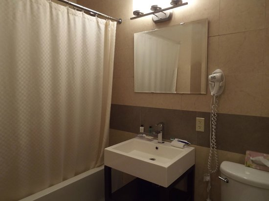 Pointe Plaza Hotel: bathroom