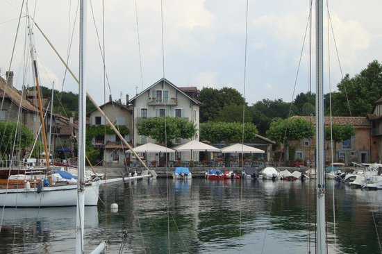 Restaurant Du Lac: The restaurant viewed from the ferry landing stage across the port