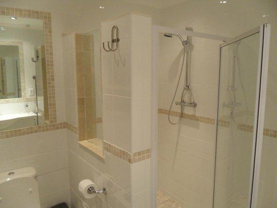 Apartment K: Bathroom - Middle floor