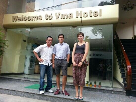 Vina Hotel Hue: my girlfriend and I with the owner Mr Tien