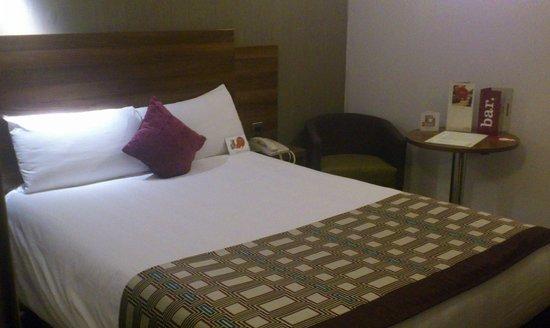 Bedroom standard room Jurys Inn Leeds