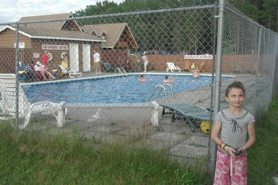 Pinetree Lodge and Cabins : pine tree lodge swimming pool and grounds ,, they are awsome also.