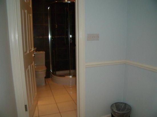 West Beach Hotel: Bathroom and lobby area