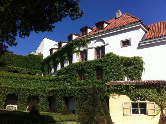Aria Hotel Prague by Library Hotel Collection : L'hôtel, côté jardin
