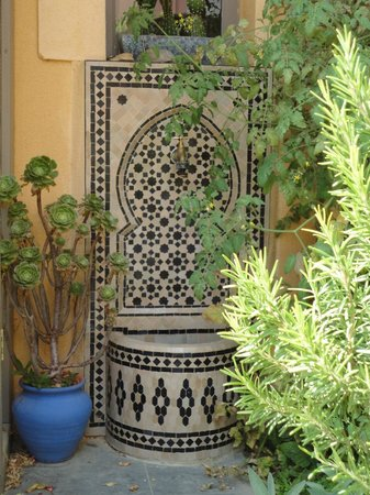 petite fontaine du jardin photo de villa limonade. Black Bedroom Furniture Sets. Home Design Ideas