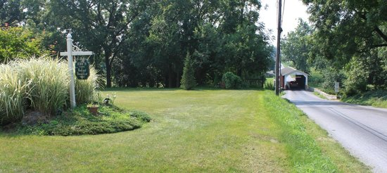 Eby Farm Bed & Breakfast: View down the street at Eby Farm. Great place to relax and listen to the buggies.
