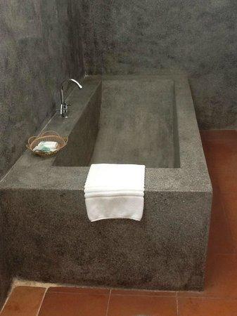 Angkor RF Boutique Hotel: Choice of a big soaking tub or a shower