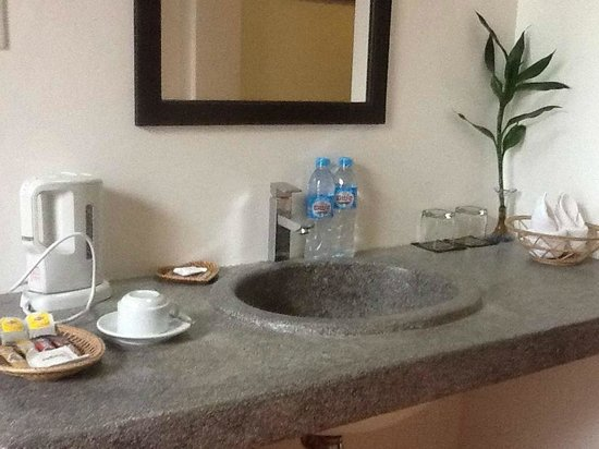 Angkor RF Boutique Hotel: Hot water, bottled water and toiletries