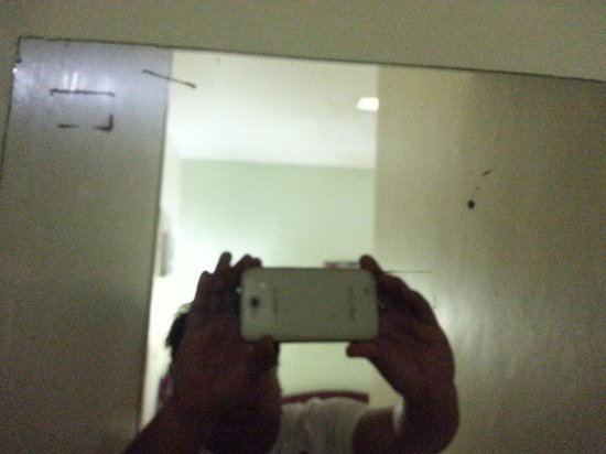 Ponce Suites Gallery Hotel: Dirty and full of scratch mirror.