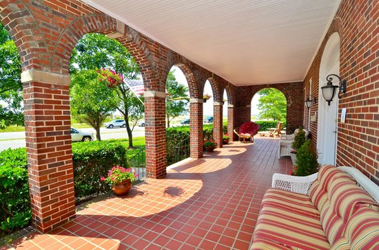 Chesapeake Bay View Bed & Breakfast : Front porch overlooking Chesapeake Bay