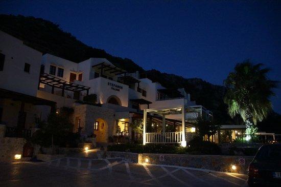 Stefanos Village Hotel: Stefanos Village bei Nacht