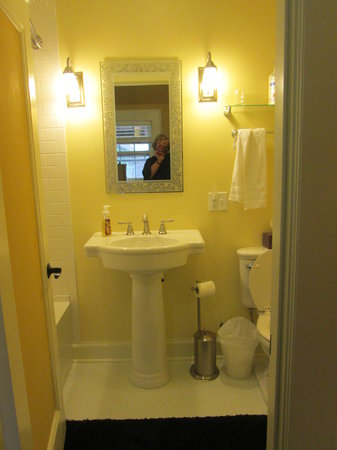 The Leonard at Logan House Bed and Breakfast: bathroom in Baroness room