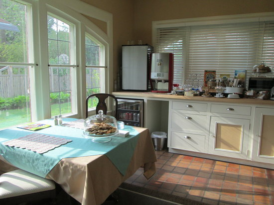 The Leonard at Logan House Bed and Breakfast : breakfast room with food all day available