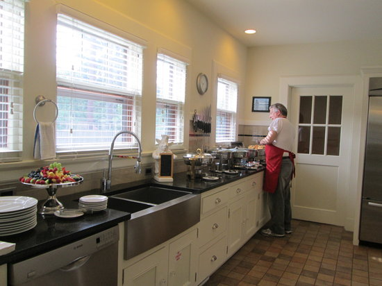 The Leonard at Logan House Bed & Breakfast: breakfast buffet on weekend provided in new kitchen