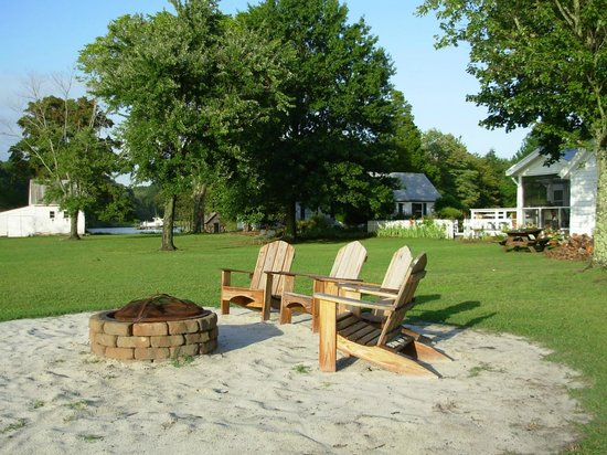 The Inn at Tabbs Creek Waterfront B&B : Fire pit (faces out toward the water)