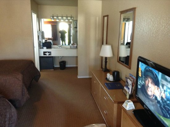 Best Western Country Inn: Room, looking in toward bathroom