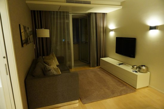 Serviced Apartments Boavista Palace: Living room with TV - plenty of channels