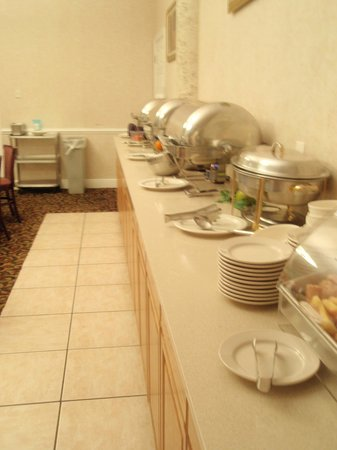 Clarion Inn & Suites: Breakfast area