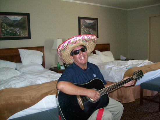 Red Arrow Inn & Suites: Jose, the maintenance man!! He's not a bad guitar player or singer!! We had a great time with hi