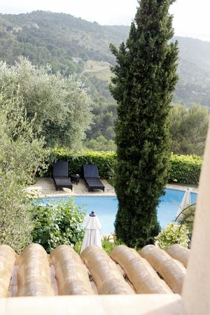 Bastide aux Camelias: View from Lilas room over pool.