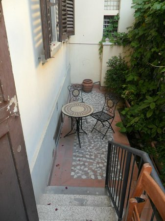 Hotel Cimabue: private patio to room
