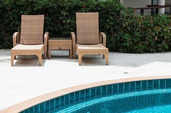 Samui Emerald Condotel: Pool sun loungers