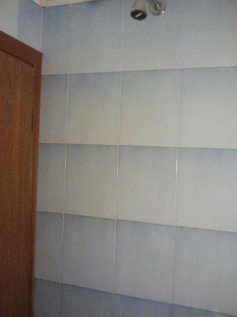 Hotel Umberto: la doccia e la vicinissima porta (solo in alcune stanze)