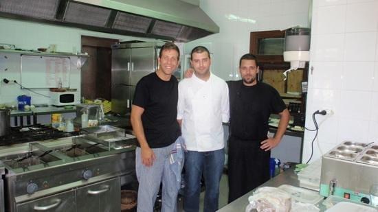 Entremareas: Nuestro chef Isaac Martínez Márquez y su equipo Ismael Román y José Manuel Galafate. :-)